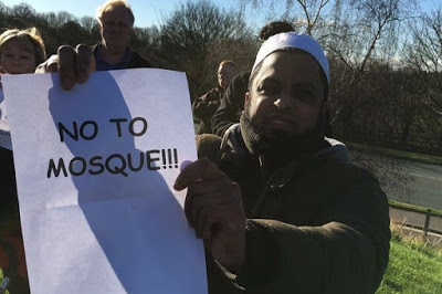 https://tendancecoatesy.files.wordpress.com/2016/02/ea4ba-protest-scunthorpe2bahmadiyya2bmosque-croped.jpg?w=700